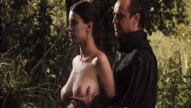 Frau schlägt arsch nass rot. Prominente brustverkleinerung.