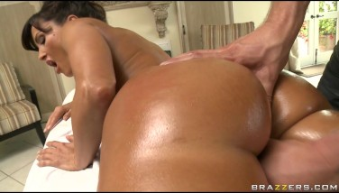 Busty Bigbooty Mummy Lisa Ann Is Poked By Her Masseur's Bigdick