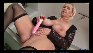 Bigtit Mature Tucks Her Pussy