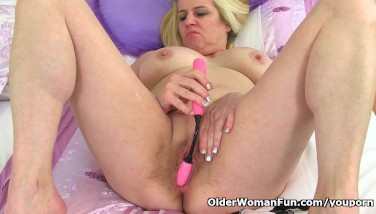 British Mummy Tori Sticks Her Vag With Romp Toy