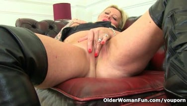 Naughty Uk Mummy Camilla Touches Her Old Pussy