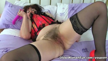 Uk Mummy Janey Sates Her Thirsty And Wooly Pussy