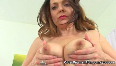 British Mummy Gemma Gold Thumbs Her Arse