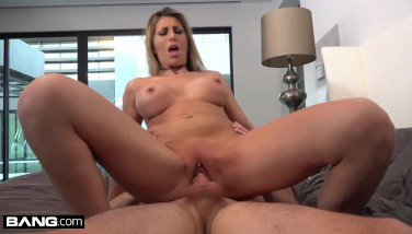 Makayla Cox Surprises The Delivery Stud With A Raw Pussy