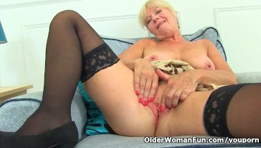 Uk Mummy Sapphire Louise Gives Her Fanny A Superb Finger Fuck